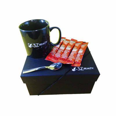 01 caneca em porcelana branca, preta, azul royal,  verde, ( temos várias cores ), 01 colher inox para café, 05 sachês de café em caixa rígida para pre... - Armazém Brasileiro