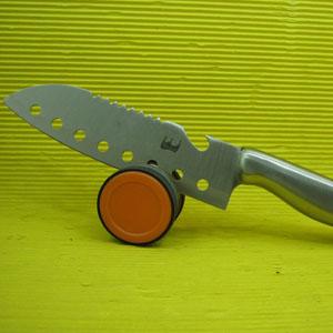 Afiador para facas personalizado com design moderno e excelente acabamento. Diâmetro : 5 cm. Ofereça a seus clientes praticidade com um produto fácil de guardar e usar.