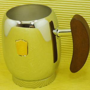 Caneca de chopp personalizado em latão cromado com capacidade de 600 ml, escudo em latão dourado e cabo em madeira maciça. Dimensões: 9 cm de diâmetro... - Armazém Brasileiro