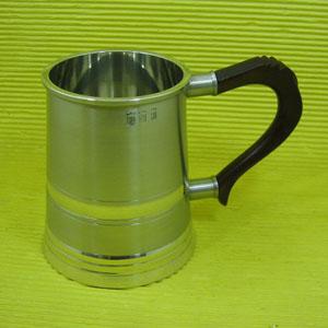 Armaz�m Brasileiro - Caneca de chopp personalizada em estanho envelhecido, capacidade para at� 480 ml e al�a larga de madeira que permite um melhor uso. Medidas: 11 x 11 c...
