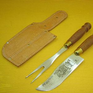 - Conjunto pantaneiro personalizado composto por 01 faca e 01 garfo trinchante em inox, com cabo torneado em madeira e enfeite em latão entre o cabo e a...
