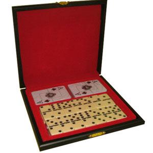 Armazém Brasileiro - Jogo de dominó e dois baralhos plastificados em estojo de madeira com pintura em preto acetinado, forro em veludo vermelho em fino acabamento.  Medida...