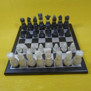 Jogo de xadrez personalizado, confeccionado em MDF, com pintura em preto acetinado, casas em prateado e peças em tipo madrepérola, em fino acabamento.  Tamanho: 30 x 30 cm. Crie estratégias e destaque sua marca com um jogo criativo e inteligente.