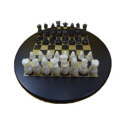 Jogo de xadrez personalizado confeccionado em MDF com pintura em preto acetinado, casas em dourado e peças em tipo madrepérola com fino acabamento.  T... - Armazém Brasileiro