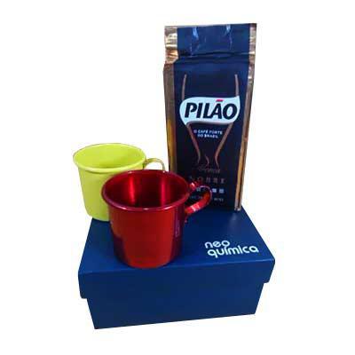 Armazém Brasileiro - Kit café com 02 canecas de alumínio em cores, 01 pacote de café 250 grs, em embalagem para presente