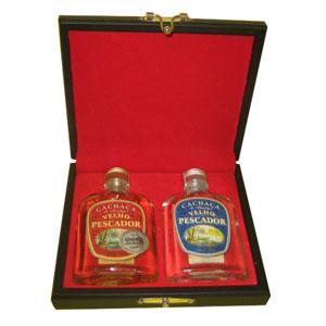 Armazém Brasileiro - Estojo personalizado de madeira com forro de veludo vermelho com uma cachaça artesanal de bolso prata 130 ml e uma cachaça artesanal de bolso ouro de...