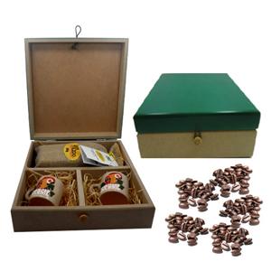 Kit personalizado de café composto por duas canecas em cerâmica porcelanizada com arara pintado a mão e saché de café de 250 grs em saco de juta em es... - Armazém Brasileiro
