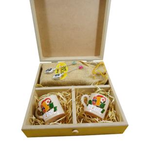 Kit personalizado de café composto por duas canecas em cerâmica porcelanizada com arara pintada a mão, um saché de café de 250 grs em saco de juta e d... - Armazém Brasileiro