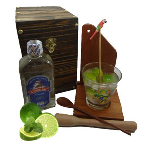 armazem-brasileiro - Kit de caipirinha personalizado composto por uma tábua, uma base para tábua e copo, um socador, um mexedor de bambu com pássaro pintado a mão, uma cac...