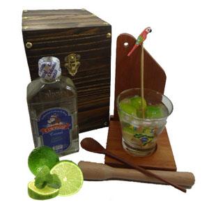 Armazém Brasileiro - Kit de caipirinha personalizado composto por uma tábua, uma base para tábua e copo, um socador, um mexedor de bambu com pássaro pintado a mão, uma cac...