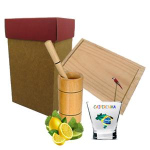 Kit para caipirinha personalizado, composto por 01 tábua de pinus do tamanho de 22 x 14 cm, copo grande em madeira especial, 01 socador e 01 mexedor e... - Armazém Brasileiro