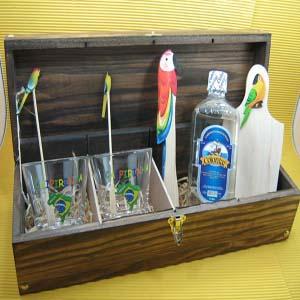 Armazém Brasileiro - Kit caipirinha personalizado, em caixa de madeira envelhecida composto por sete peças. Sua marca levando a cultura brasileira até seus clientes.