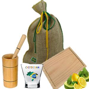 Armazém Brasileiro - Kit para caipirinha personalizado composto por 01 tábua de pinus 22 x 14 cm, copo grande em madeira especial, 01 socador e 01 mexedor em bambu com pás...