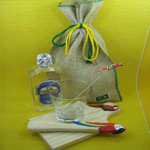 Kit caipirinha personalizado, composto por tábua, copo, batedor, mexedor e uma garrafa de bebida em saco de juta com costura verde e amarela.Sua marca representada com o que o Brasil tem de melhor.