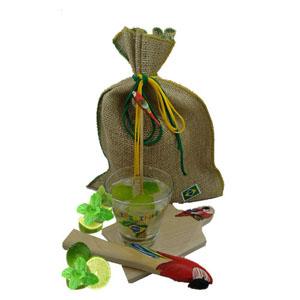 Armazém Brasileiro - Kit de caipirinha composto por uma tábua, um socador e um mexedor confeccionado em bambu, todos com pássaro da fauna brasileira com pintura a mão, um...