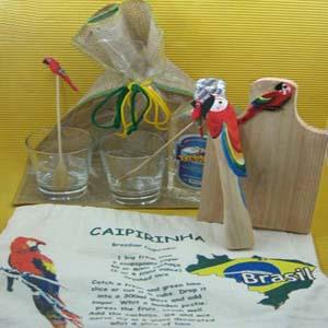 Armazém Brasileiro - Kit para caipirinha personalizado, composto por dois copos, batedor, dois mexedores, tábua de corte e avental com receita da caipirinha em saco de jut...