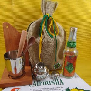 Kit de caipirinha personalizado, composto por coqueteleira, 1 base para coqueteleira, 1 tábua de corte, 1 socador de madeira, todos em eucalipto rosado, 1 mexedor em bambu com pássaro pintado a mão, 1 colher de madeira maçaranduba, 1 cachaça Diva 300 ml, coqueteleira em inox 350 ml