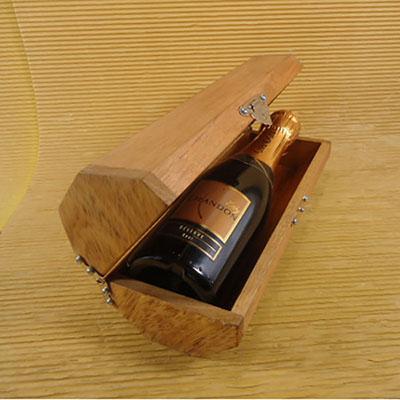 Armazém Brasileiro - Kit Champagne. Com 01 Chandon Baby 187ml, estojo octagonal em Cerejeira ou Pinus
