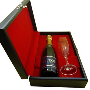 Kit de champagne com 01 espumante salton de 375 ml ou chandon de 375 ml e 01 taça em estojo de madeira com pintura em preto acetinado, forro em veludo vermelho, preto ou azul marinho em fino acabamento. Faça a festa de seus clientes com um presente fino e de qualidade.