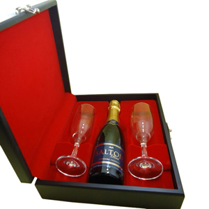 Kit de champagne composto por 01 espumante salton 375ml  ou chandon 375ml e 02 taças em estojo de madeira com pintura preto acetinado, forro em veludo... - Armazém Brasileiro