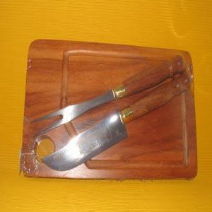 armazem-brasileiro - Kit personalizado para churrasco, composto por tábua, faca, e garfo em inox e cabo de madeira.Sua marca em destaque nos churrascos de domingo de seus...