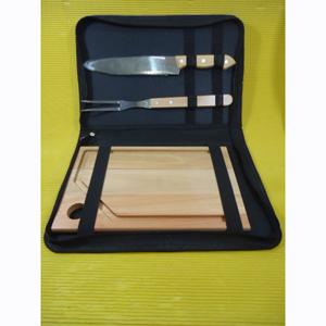 Kit para churrasco composto por 01 tábua de eucalipto rosado, medindo 30 x 20 x 2 cm, 01 faca e 01 garfo trinchante de inox com cabo de madeira em estojo de nylon. O churrasco de fim de semana de seus clientes com mais sofisticação estampando a sua marca.