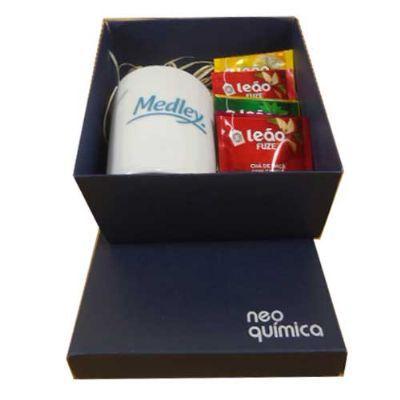 - Kit chá com uma caneca em porcelana branca 300ml, 06 sachês de chá sabores em caixa para presente em papel cartão.