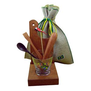 Kit personalizado de caipirinha luxo composto por uma base para tabua e copo, uma tábua de corte, um socador  de 18,5 cm, todos em madeira tamarino, u... - Armazém Brasileiro