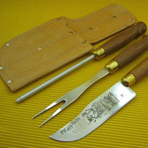 Conjunto pantaneiro personalizado composto por 01 faca e 01 garfo trinchante em inox, com cabo torneado em madeira e enfeite em latão entre o cabo e a... - Armazém Brasileiro