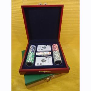 Kit de poker personalizado composto por 100 fichas de plástico, 02 baralhos plastificados e 01 jogo de dados de poker, em estojo de madeira com pintura em preto, verde ou vermelho rubi acetinado, forro em veludo vermelho, preto ou azul marinho.