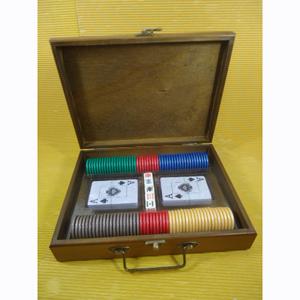 Kit poker personalizado composto por 100 fichas numeradas em dourado e acabamento lateral tipo madre pérola, 02 baralhos plastificados e 01 jogo de dados em estojo de madeira tipo maleta.