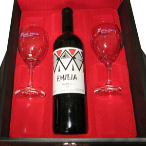armazem-brasileiro - Kit vinho personalizado, composto por 01 garrafa de vinho tinto Emília de 750 ml e 02 taças em estojo de madeira pintado em preto acetinado, com forro...