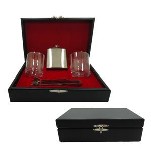 Kit personalizado de whisky composto por dois copos para drink, um pegador de gelo em inox e uma garrafa de bolso em inox em estojo de MDF com pintura... - Armazém Brasileiro