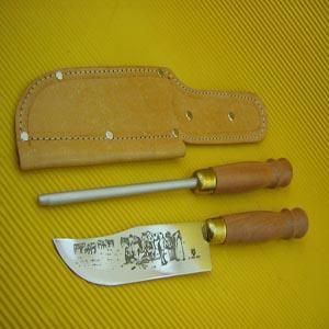 Armazém Brasileiro - Conjunto pantaneiro personalizado, composto por faca e chaira de aço inox com cabo de madeira e bainha. Surpreenda seus clientes com este conjunto tot...