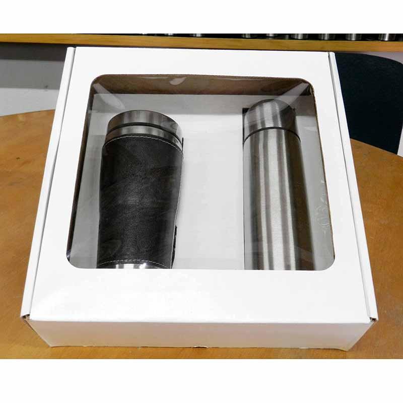 - Garrafa térmica com dupla camada de inox na cor prata com capacidade para 500ml, tampa interna com botão abre e fecha e tampa externa que serve como c...