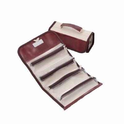 - Estojo com 4 compartimentos fechados com zíper confeccionado em lona e sintético, feito sob medida para levar maquiagens ou utensílios para viagens. A...