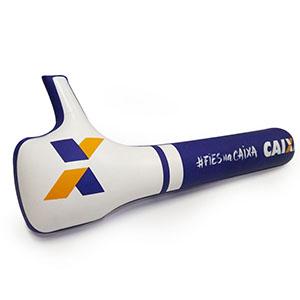 Bateco inflável tipo bastão em formato curtir, confeccionado em PVC, com acabamento em solda eletrônica, medindo 50x10cm