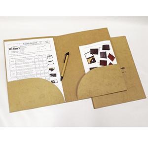 Pasta canguru personalizada, com duas bolsas para folders ou outros materiais, porta-cartão e porta caneta, ideal para congressos e eventos, personalização por gravação em silk-screen. Caneta ecológica opcional.