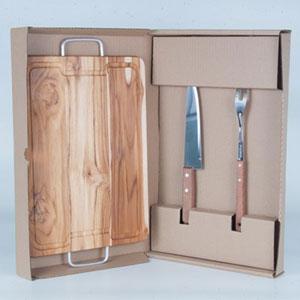 Arte Perotto - Kit personalizado para churrasco com posto por uma tábua de madeira nobre Teca com alças nas laterais medindo 38,5 x 28,5 x 1,7cm, um garfo trinchante...