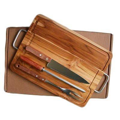 Arte Perotto - Kit personalizado para churrasco composto por uma tábua de madeira nobre Teca com alças laterais medindo 38,5 x 28,5 x 1,7 cm,  um garfo trinchante, u...