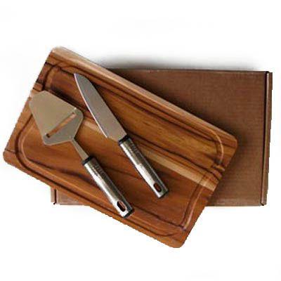 Kit personalizado para frios, composto por tábua de madeira nobre Teca, medindo 32,0 x 20,0 x 1,2 cm, faca e plaina; ambos em aço inox com detalhes em... - Arte Perotto