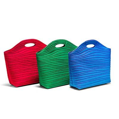 - Lancheira termomoldada com revestimento externo e interno em tecido poliéster.  Dimensões: 228 x 227 x 110 mm