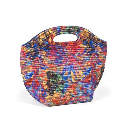 - Lunch bag promocional termomoldada com revestimento externo em poliéster e revestimento interno com manta térmica e saco plástico. Fechamento com zípe...