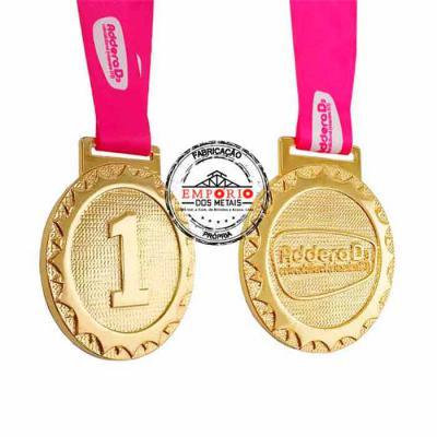 Medalha em metal com frente e verso em relevo e banho dourado, sem aplicação de cor esmaltada, montada com fita de cetim personalizada. Fabricamos med... - Empório dos Metais