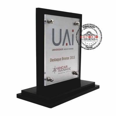 Empório dos Metais - Troféu composto de acrílico preto com placa de aço inox escovado e gravado com impressão digital U.V. colada, sobrepostos em base de acrílico preto Fa...