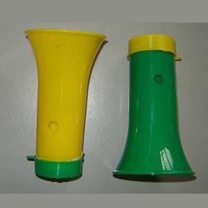 Estilo Brindes - Corneta personalizada de plástico, nas cores verde e amarelo. Possui espaço para amarrar um cordão.