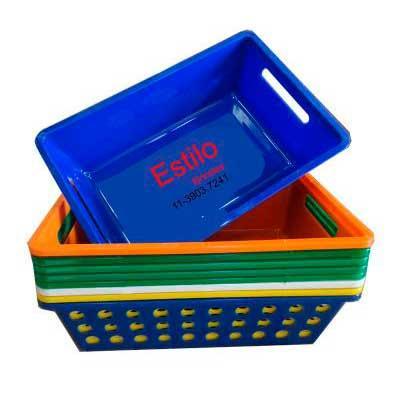 Cesta plástica. Pode ser fabricada na cor escolhida pelo cliente. Medidas da cesta: 28,6 x 18,7 x 8 cm. - Estilo Brindes