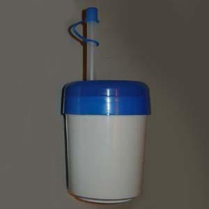 estilo-brindes - Copo com canudo personalizado em plástico. Capacidade para 450 ml. Medidas: 19 cm de altura até o canudo x 8,7 cm de diâmetro superior.