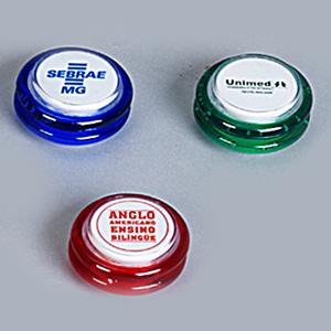 Ioiô personalizado em material plástico - Medidas: diâmetro 5,6 cm x altura 2,9 cm. Gravação em serigrafia ou cromia.