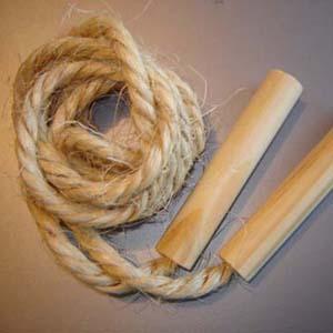 Pula corda personalizado em cizal. Comprimento de 1,78 cm. Gravação nos cabos de madeira a 1 cor. Embalados individualmente em saquinho plástico. - Estilo Brindes